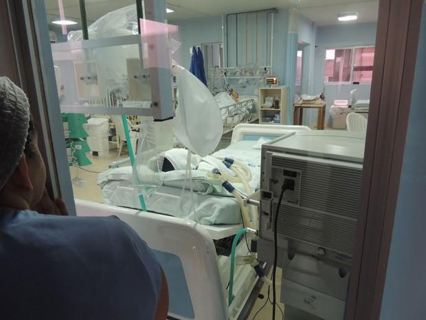 Pediatra Ozenir Pinheiro observa UTI do hospital Varela Santiago (Foto: Felipe Gibson/G1)