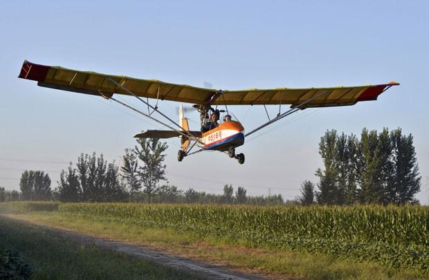 He Yide, de 5 anos, pilotou um planador por 35 minutos no último sábado  (Foto: Stringer/Reuters)
