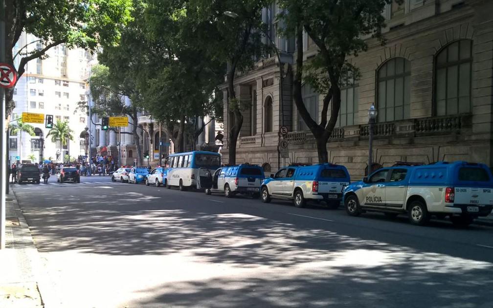 Policiamento foi reforçado nas imediações da Cinelândia neste Dia do Trabalhador (Foto: Carlos Brito/G1)
