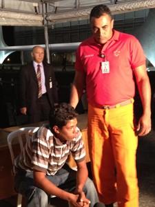 """Edmeire Celestino da Silva foi contido por seguranças e levado para hospital; ao ser imobilizado se declarou para a presidente: """"Você quer casar comigo, meu amor?"""" (Foto: Priscilla Mendes/G1)"""