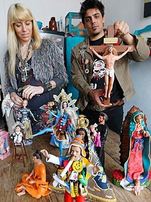 Artistas Emiliano Paolini e Marianela Perelli, exibem os bonecos que transformaram em figuras religiosas, em foto de 23 de setembro (Foto: Enrique Marcarian/Reuters)