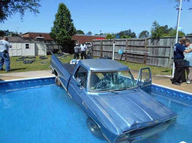Cadela fez donos caírem com picape em piscina da Carolina do Norte (Foto: Reprodução/YouTube/MixHD)