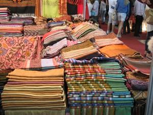 Pashiminas da Índia de diversos tons  (Foto: Mariane Rossi/G1)