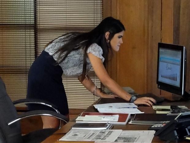 Isadora dá aquela vasculhada no computador de Felipe (Foto: Guerra dos Sexos / TV Globo)