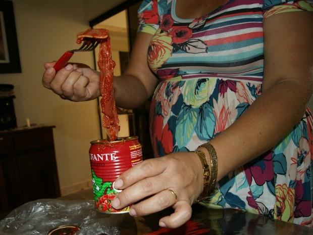 Mulher aciona polícia e diz ter achado camisinha em extrato de tomate em Caarapó MS (Foto: João Paulo Brito/Caarapó News)