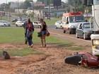 Moto fica embaixo de caminhão após acidente em Campo Grande