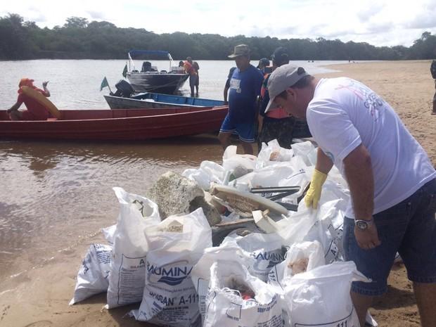 Primeira edição da campanha em 2016 recolheu quase uma tonelada de lixo (Foto: Divulgação/Caer)