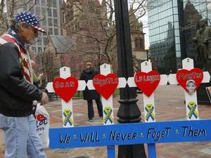 Placa homenagea vítimas do atentado de 2013 com a frase 'Nós nunca os esqueceremos' (Foto: Reuters/Brian Snyder)