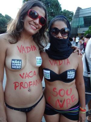 Mulheres foram seminuas como forma de protesto (Foto: Luna Markman/G1)