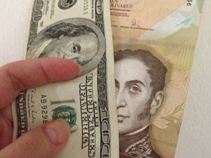 Dólar e bolívar:  Venezuela vive sob sistema de câmbio controlado pelo governo (Foto: Paula Ramón/G1)