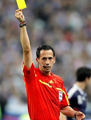 Árbitro Pedro Proença no jogo entre França e Romênia (Foto: Reuters)