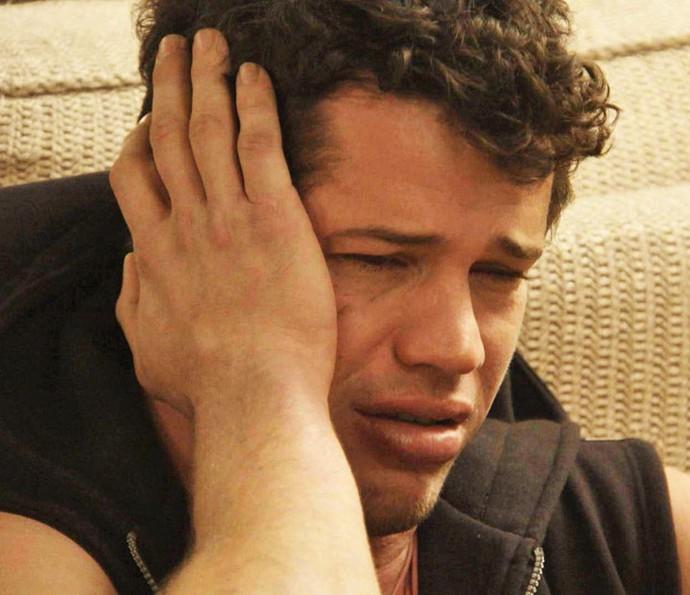 Arrasado, Adônis chora após levar um fora (Foto: TV Globo)