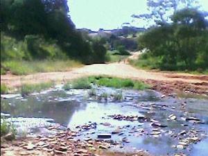 Esgoto cai sobre nascente de água  (Foto: Breno José Marques Nascimento / internauta)