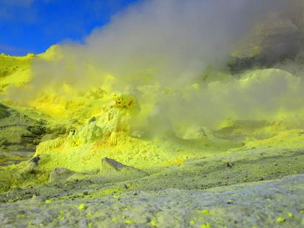 O enxofre que se cristaliza e fica amarelo já foi explorado de forma comercial na ilha (Foto: Juliana Cardilli/G1)