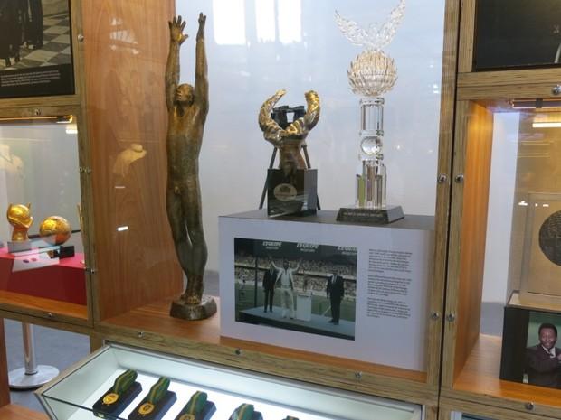 Estátua, medalhas e troféus do acervo de Pelé em museu (Foto: Rodrigo Martins/ G1)