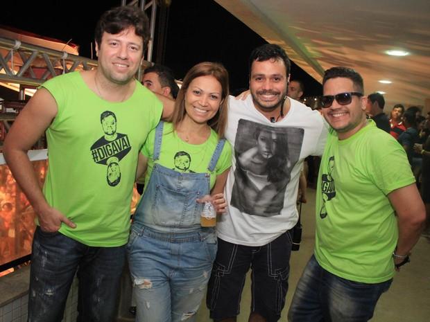 Solange Almeida com o marido, Wagner Miau (à esquerda), e com amigos em show em Salvador, na Bahia (Foto: Sércio Freitas/ Ag. Sércio Freitas/ Divulgação)