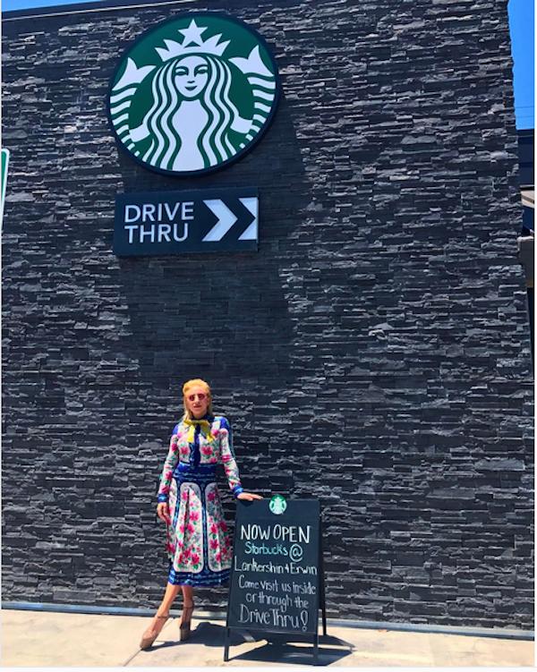 A cantora Lady Gaga trabalhando em uma rede de café (Foto: Instagram)