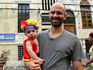 Felpe Mota levou o filho de 7 meses para curtir o Bloco do Caldeira  (Foto: Ive Rylo/ G1 AM)