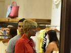Às vésperas do Natal, Xuxa faz compras em shopping do Rio