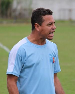 Auxiliar Rogério Xavier comandou atletas à beira do gramado (Foto: Divulgação/Angra dos Reis)