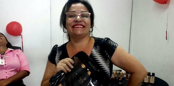 Colaboradora ganha kit de beleza  (Foto: Divulgação/ Marketing OAM)
