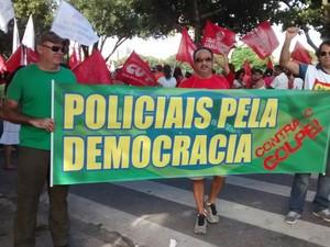 policiais carregam faiza pela democracia (Foto: Andre Teixeira/G1)