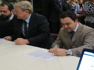 Prefeito assinou adesão ao programa (Foto: Samuel do Valle/Prefeitura)