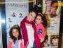 Samara Felippo recebe visita das filhas durante sua peça em São Paulo