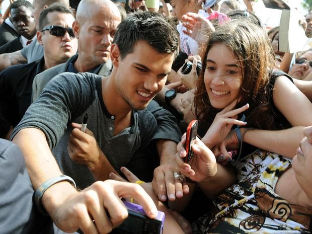 Após a coletiva, na tarde de quarta (24), Taylor Lautner tira foto com fãs no Rio (Foto: G1/Alexandre Durão)