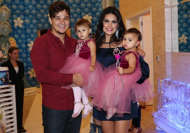 Leandro Scornavacca e Natália Guimarães com as gêmeas, Maya e Kiara (Foto   Manuela 051f47dc22