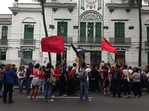 Manifestantes fazem protesto em frente ao batalhão na Tijuca (Foto: Alba Valéria Mendonça / G1)