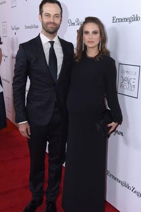 Natalie Portman e o marido, Benjamin Millepied, em evento em Los Angeles, nos Estados Unidos (Foto: Vivien Killilea/ Getty Images/ AFP)