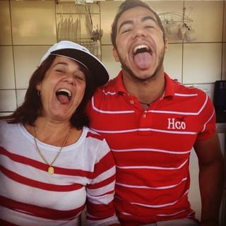 Matheus Lisboa com a mãe, Socorro (Foto: Facebook/Reprodução)