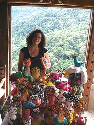 Artista plástica Ana Cristina Maciel com trabalhos que podem ser conferidos na exposição Pássaros, flores e outros sonhos (Foto: Divulgação/MAM/Prefeitura Resende)