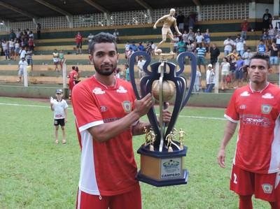 Gustavo Henrique, atacante do Itaporã, fez dois gols na vitória que deu título da segundona ao clube (Foto: Renato Giansante/Itaporã)