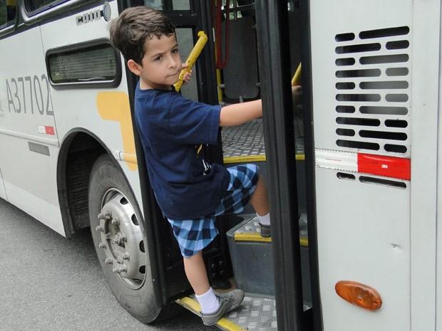 O garoto se certifica de que Lucimar se foi e embarca sozinho no ônibus (Foto: Salve Jorge/TV Globo)