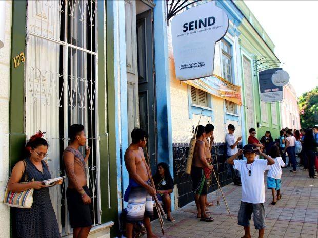 Grupo reunido em frente à sede da Seind (Foto: Suelen Gonçalves/G1 AM)