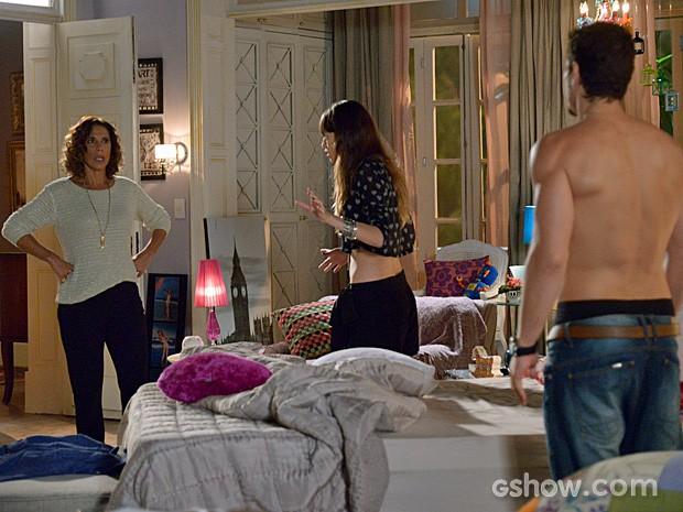 Branca fica revoltada com o que vê no quarto de Giselle (Foto: Raphael Dias/TV Globo)