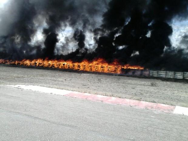 Fogo atingiu pneus que estavam em um depósito e eram utilizados para fazer o isolamento da pista (Foto: Divulgação/Corpo de Bombeiros)