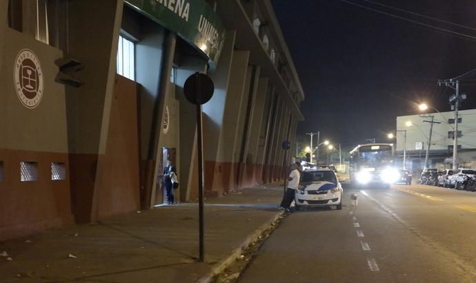 Apenas uma viatura da Polícia Militar fez a segurança da partida Doze x Tupy, do lado de fora do Engenheiro Araripe (Foto: Richard Pinheiro/GloboEsporte.com)