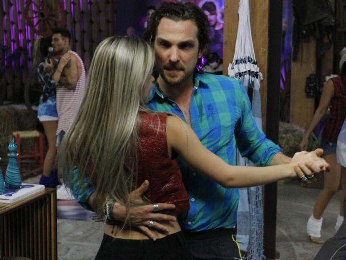 Igor Rickli dança com Mayara Araújo (Foto: Fabiano Battaglin / Gshow)