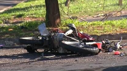 Motociclista fica ferido em acidente envolvendo carros e moto em Bauru