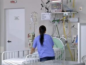 Bebê está na Unidade de Terapia Intensiva (UTI) pediátrica da Santa Casa de Rondonópolis (Foto: Reprodução/TVCA)