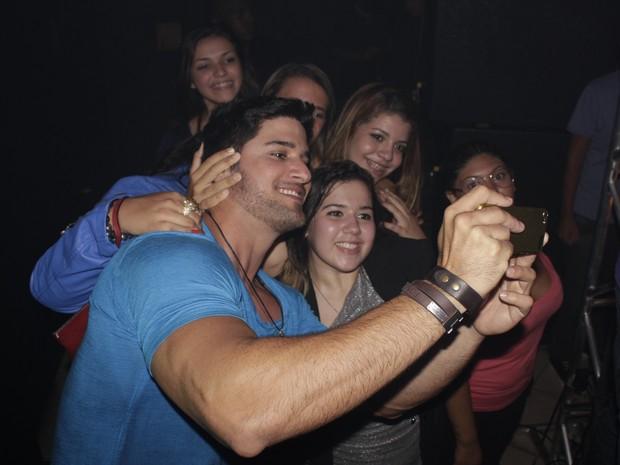 Ex-BBB Marcello Soares com fãs em festa no Rio (Foto: Jorge Fernandes/ Divulgação)
