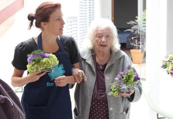 Helena Lunardelli com senhora durante ação do Flor Gentil  (Foto: Divulgação)