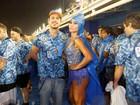 Unidos da capa de chuva! Famosos se jogam no samba mesmo com chuva na Sapucaí