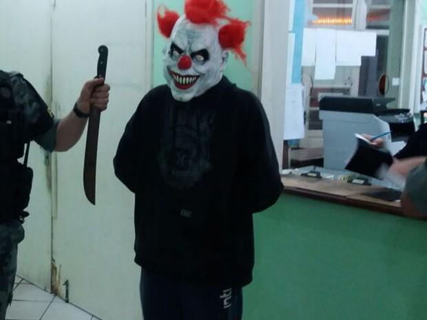 Adolescente de 17 anos foi apreendido suspeito de assustar moradores (Foto: Brigada Militar/Divulgação)