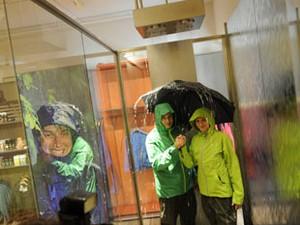 Clientes podem testar impermeável e guarda-chuva em cabine que simula chuva (Foto: Divulgação/Globetrotter.de)