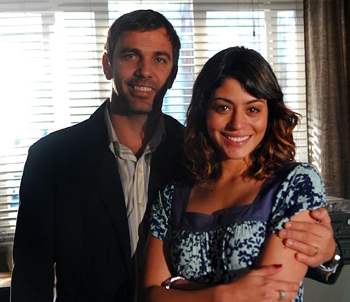 Nos bastidores de 'Escrito nas Estrelas', Carol Castro posa com Marcelo Faria (Foto: Raphael Dias/TV Globo)