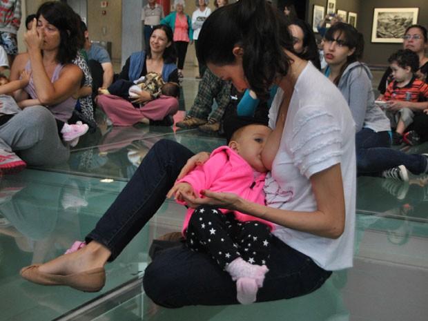 Mães se encontraram para amamentar filhos em público (Foto: Gero/Futura Press/Estadão Conteúdo)